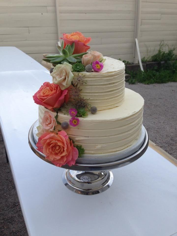 Vakker sommerlig bryllupskake i 2 etg med friske blomster. Pris 2900,-
