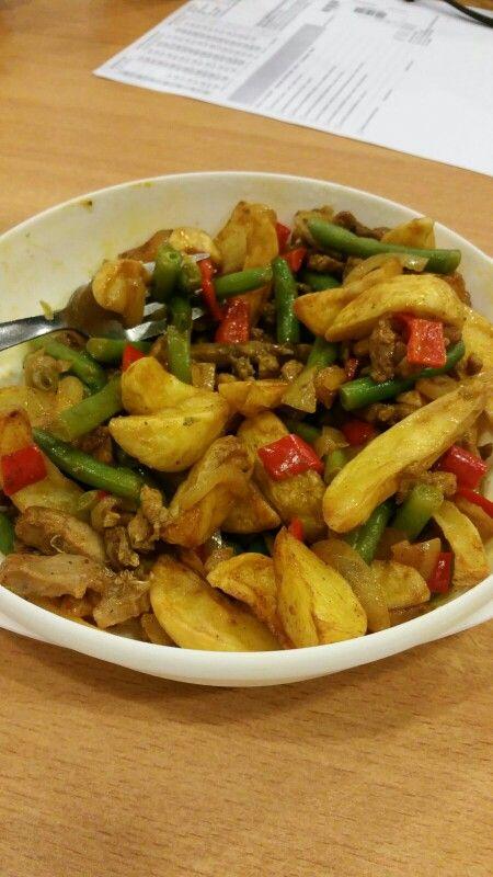 Shoarma schotel Gebakken shoarma Gebakken aardappelpartjes met ui , paprika en sperziebonen