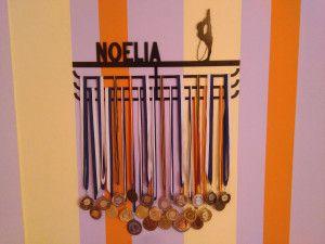 Colgador de medallas triple, personalizado con tu nombre y silueta. Gimnasia rítmica. Para deportistas.