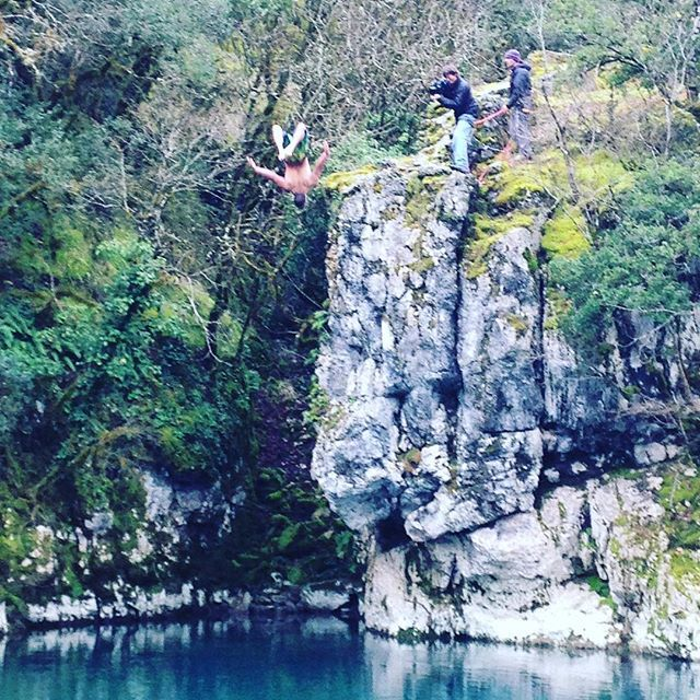 Jumping in Voidomatis river in the winter. Not a great idea for your manhood but @tceccanti is not the guy who says no to a challenge. www.exploretheoutside.com/earth/ #exploreoutside #hikingadventures #visitgreece #Zagori