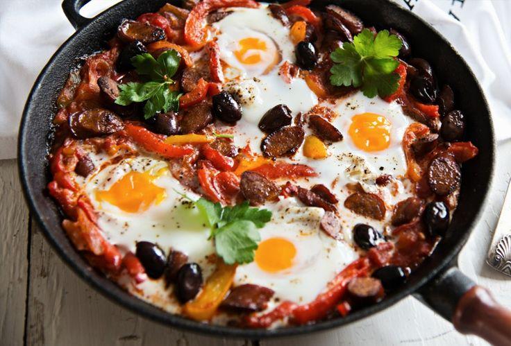 Mikäs ihmeen shakshuka? Kyseessä on Pohjois-Afrikasta lähtöisin oleva ruoka, jossa tärkeässä osassa ovat tomaattikastike ja kananmunat. Tässä versiossa maistuu myös Snellmanin täysin lisäaineeton All Natural Chorizo.  Katso resepti: http://www.snellman.fi/fi/reseptit/chorizoshakshuka