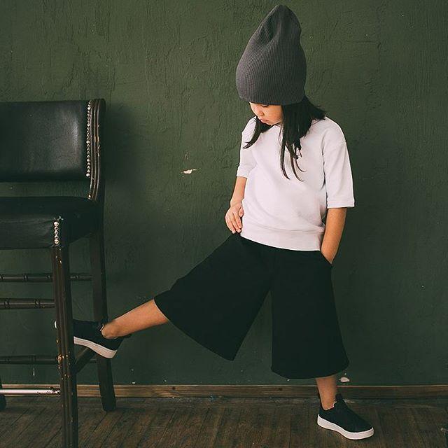 Продолжаем... На Амине, крайне актуальные в этом сезоне и необычайно удобные для детей, кюлоты с карманами, 1599 руб., белый тепленький свитшот с укороченным рукавом,1499 руб. и шапка 599 руб. Размеры 98-122 Цвета черный, джинс. Заказ Viber / What'sApp +79198093784 #minima_lis #кюлоты #детскаямода #хипстамама #hipstamama