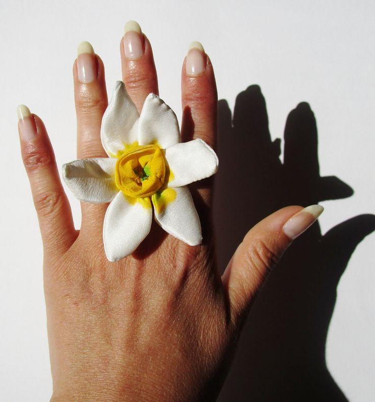 Anello fiore narciso gioiello floreale botanico fatto a mano dipinto a mano di IleniaSara su Etsy