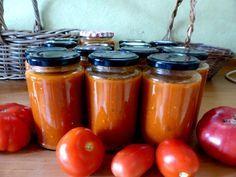 Rezepte, zum frische Tomaten einkochen und konservieren  Die Zutaten für die Tomatensoße zum Einkochen:  2 – 3 Kg reife Tomaten (gerne süße Cocktailtomaten darunter, für das Aroma)  1/8 Weißwein (optional)  3, 4 große Knoblauchzehen  Ein Bund selbst gemixte mediterrane Kräuter wie Thymian (ich habe immer Zitronenthymian dabei), Oregano und Rosmarin  Salz, Paprikapulver (süß), Prise Cayenne, Zucker, etwas Olivenöl