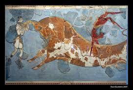 1:Autore) Ignoto; 2:Nome/titolo) Gioco del toro; 3:Data/periodo) 1700-1400 a.C (civiltà cretese, periodo neopalaziale); 4:Materiale/tecnica) Affresco, su parete del Palazzo di Cnosso, su sfondo monocromatico azzurro due ragazze (tinte chiare) e un ragazzo (tinte scure) danzano sopra e intorno ad un toro; 5:Luogo di conservazione) Museo Archeologico, Iraklion, Grecia.