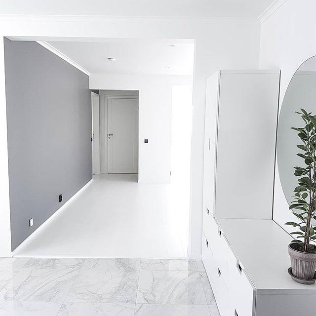"""Får sååå många frågor om """"allt är vitt"""" hemma hos oss. Och JA! haha, det är det !! Förutom denhär ⬆ väggen, och Ebers rum (som oxå är grått) Dels älskar vi vitt, men sen valde vi oxå allt vitt till att börja med, så vi kan måla om allt eftersom vi bor in oss 💃Så nu vet ni det 😘💕 Trevlig kväll 🎉"""