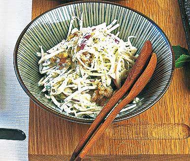 Du får snabbt till en fräsch sallad genom att blanda syrlig gräddfil med senap, persilja samt salt och peppar. Riv selleri och äpplen, pressa citronjuice innan det blandas med gräddfilsröran. Toppa med vackra valnötter!