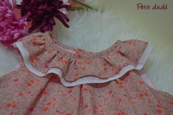 Vestido Estampado Flores Naranja. Lleva unos pequeños pliegues tanto en el delantero como en la espalda, y un cuello fruncido combinando el estampado del vestido, una flor liberty en la que resalta el naranja de las florecillas, con un plumeti en un rosa muy clarito que hace que destaque más el cuello.