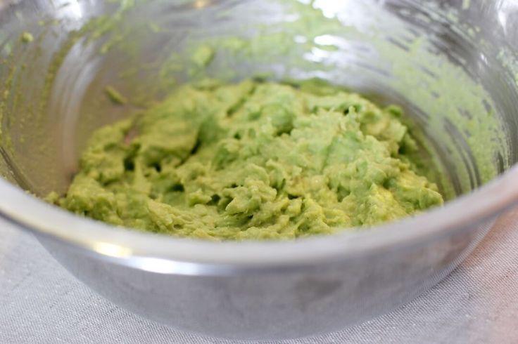 Guacamole geht nicht nur einfach, sondern schmeckt auch super lecker! Den reinen Avocadogeschmack mag ich leider nicht so, aber in Form dieser Guacamole könnte ich mich rein setzen! Es ist nicht das typische Guacamole-Rezept, aber es schmeckt unglaublich lecker! Avocado hat viele gesunde ungesättigte Fettsäuren und hält lange satt. Viele denken, Avocado hat zuviel Fett und sollte deshalb nicht gegessen werden, wenn man abnehmen möchte. Das stimmt so jedoch nicht. Avocados haben einen hohen…