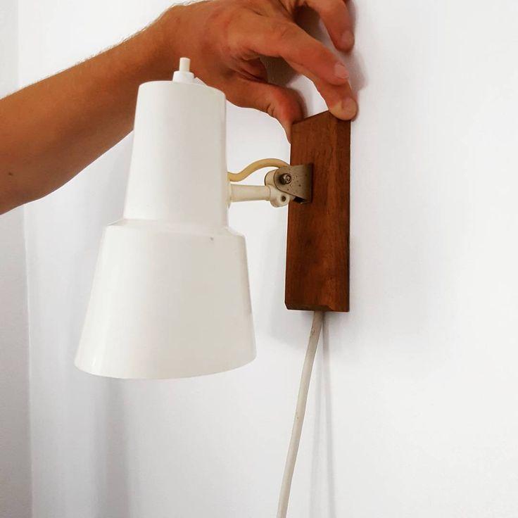 SOLGT! Skøn væglampe i metal og træPris:250,- #absolutretro #absolut #absolutretro #aalborg  #mitaalborg #lampe #loppefund #lopper #loppeguld #genbrugsguld #genbrug #indretning #interiør #lys #loppefund  #sælges #tilsalg #salg #genbrug  #genbrugshjem #væglampe #sengelampe #retro #patina