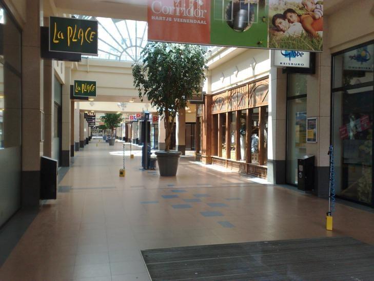 De voorzieningen onder het appartementencomplex zullen bereikbaar zijn via een corridor. De bewoners winkelen dus overdekt.  winkels corridor - Google zoeken