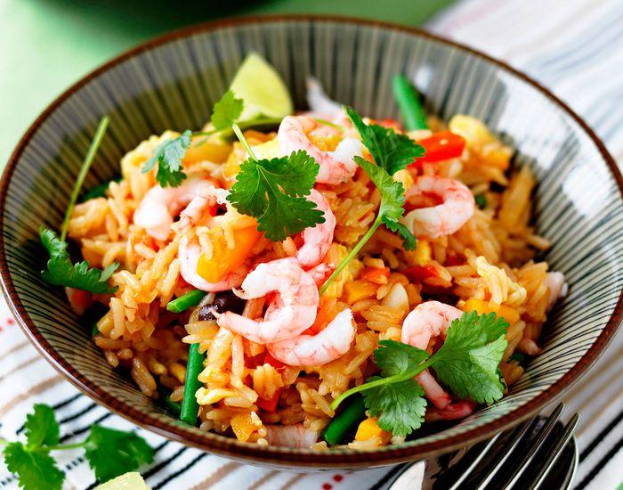 Hjemmelaget versjon av stekt ris med egg og reker - superenkelt!