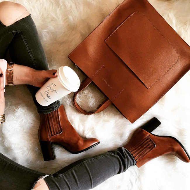Boots à talons, cabas minimaliste chic : on craque sur la tendance cognac >> http://www.taaora.fr/blog/post/bottines-talons-marron-cognac-elastiques-cotes-sac-cabas-jean-gris-fonce-dechirures-genoux