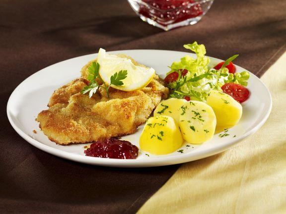 Paniertes Schnitzel vom Kalb mit Kartoffeln ist ein Rezept mit frischen Zutaten aus der Kategorie Kalb. Probieren Sie dieses und weitere Rezepte von EAT SMARTER!
