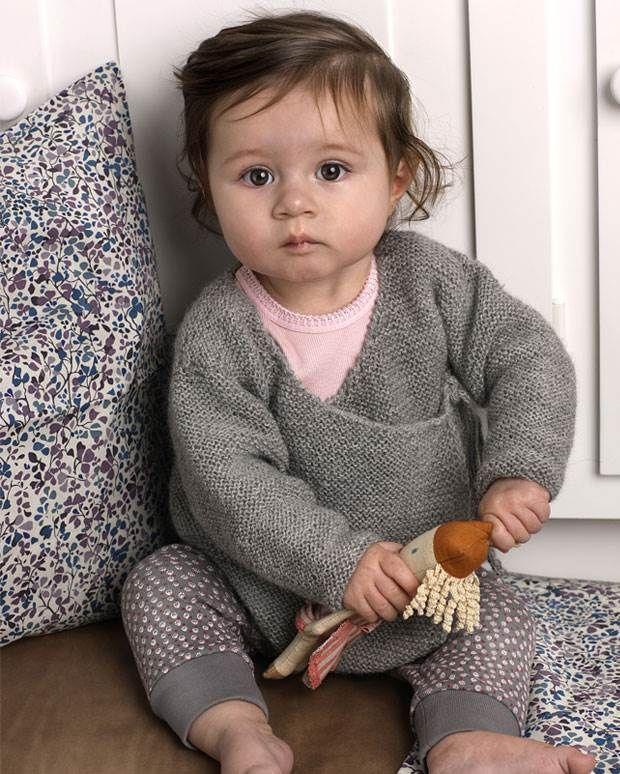 Den skønne retstrikkede slå om-trøje kan både bruges af piger og drenge.