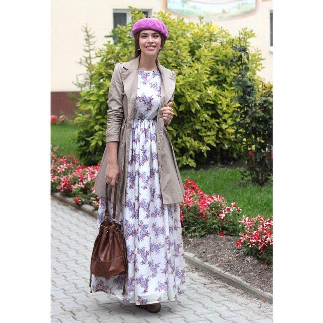 Ранняя осень хороша тем, что еще можно носить легкие платья, но уже можно подбирать к ним осенние аксессуары и накидки