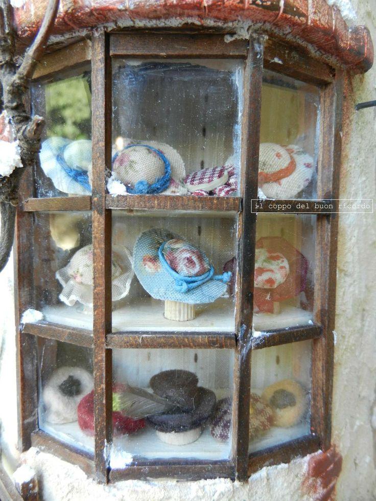 Cappelleria (particolare) Tegole antiche decorate e dipinte a mano http://www.coppobuonricordo.it/2013/11/la-cappelleria.html