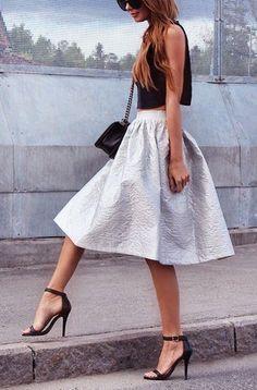 Acheter la tenue sur Lookastic:  https://lookastic.fr/mode-femme/tenues/top-court-noir-jupe-evasee-sandales-a-talons-sac-bandouliere-noir/2596  — Top court noir  — Sac bandoulière en cuir noir  — Jupe évasée argentée  — Sandales à talons en cuir noires