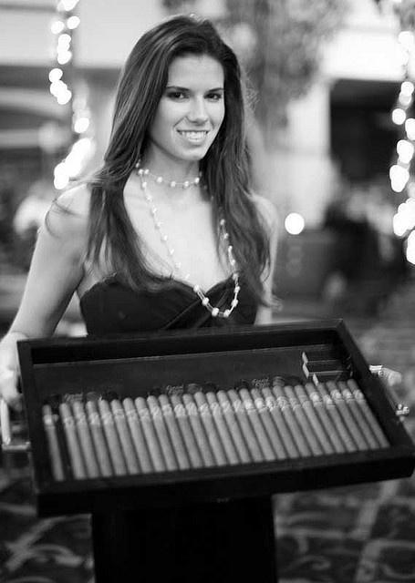 Glamouröse reife Frauen, die Rohre rauchen