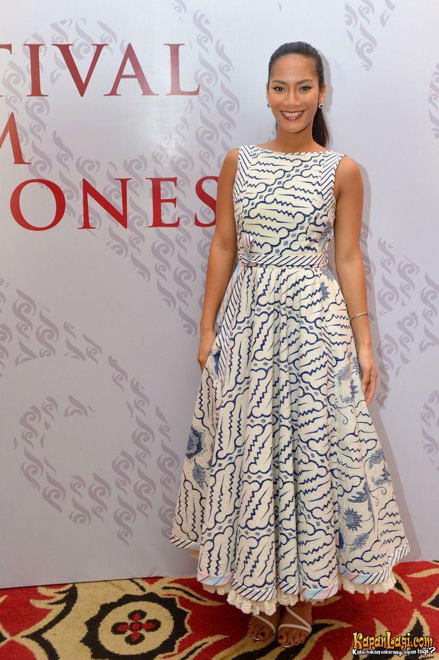 Sering mengenakan pakaian seksi, Tara kali ini hadir dengan sebuah dress cantik bernuansa batik.