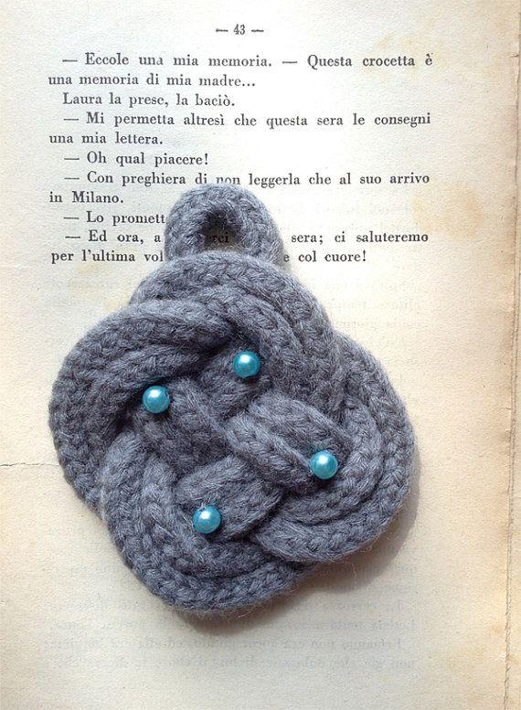 Nodo mandorletta grigio intenso con perline azzurre. Deep grey button knot with light blue beads.
