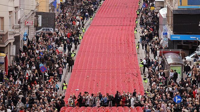"""""""11.541 Rode stoelen in Serajevo"""", voor alle slachtoffers van het beleg van de stad (1992 - 1996)"""