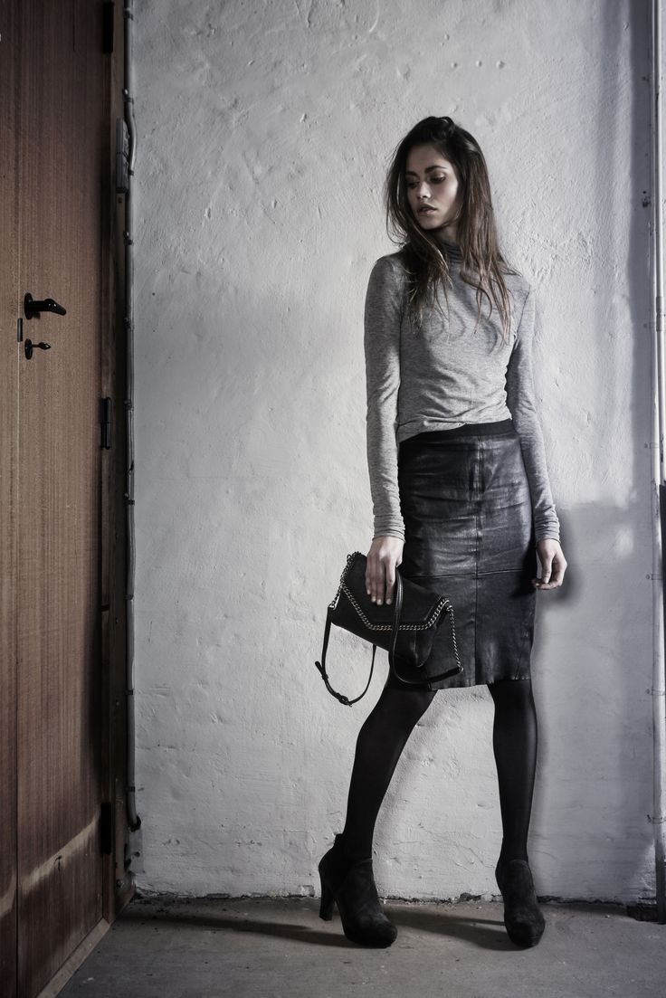 Tamara Crossbody in black leather with metal chain // Markberg