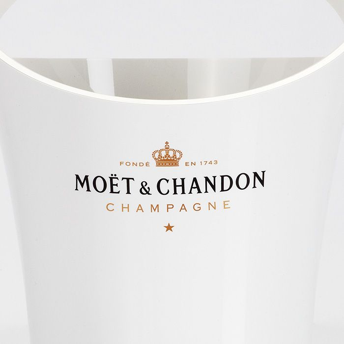 Ice Imperial Kühler - Champagne Moët et Chandon Dieses Accessoire hat eine Höhe von 29cm und einem oberen Durchmesser von 22cm. Der schneeweiße Kühler wird gekrönt von einem Moët Schriftzug auf der Rückseite.