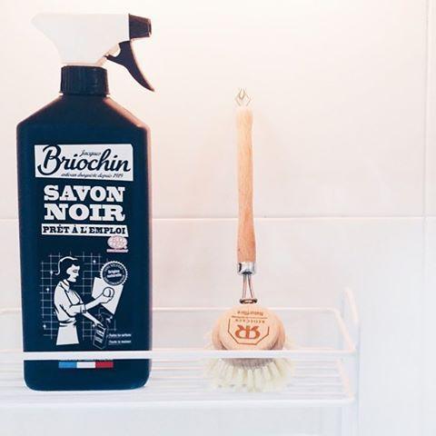 """@oliviasoaps en instagram: """"Jabón negro, multiusos, líquido y con ecocert. Para todas las casas, pero para las casas con peques más. #briochin en www.oliviatheshop.com foto de @double_m____"""""""