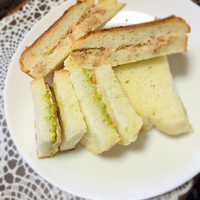 サンドイッチ用に焼いた柔らかい食パン☆ スーパーのパン買えないよ(。-_-。) - 31件のもぐもぐ - 耳まで柔らかい食パンでツナ&モッツァレラサンド、アボカドチキンサンド by kirarihaha
