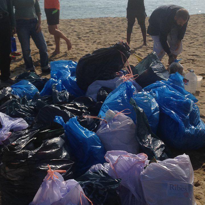 Hoy hemos participado en la limpieza de playa organizada por @yotubabarcelona Hemos retirado 372 kg de basura entre la playa y el fondo marino. Muchas toallitas botellas y bolsas. Barcelonahoy esta más limpia