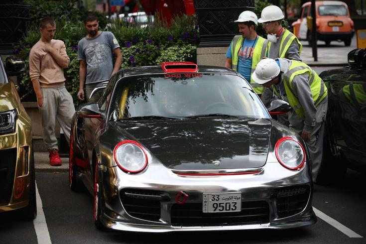 Munkások néznek egy Porsche 997 GT2-őt. Fotó: Carl Court/Getty Images