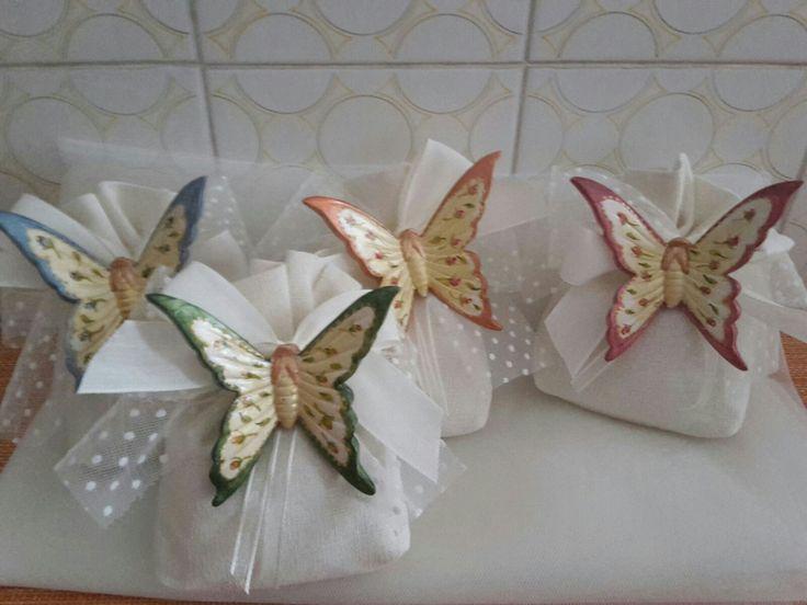 Farfalle di ceramica bianca pitturati a mano