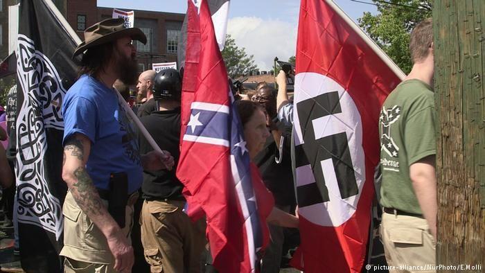 En Alemania todos hubiesen sido detenidos por usar símbolos nazis.