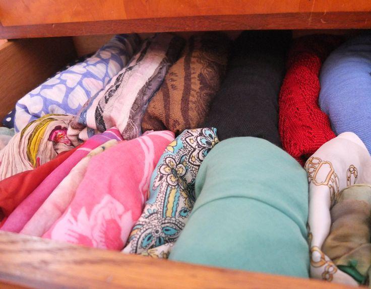 Schals & Tücher gerollt und hochkant aufgestellt - so findet man in der Schublade alle wieder.