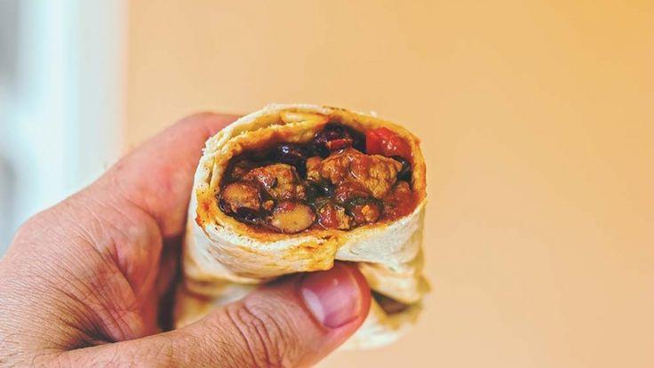 Burritos messicani ricetta originale con carne, fagioli rossi, mais, peperoni