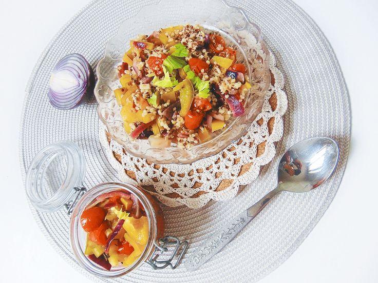 Sałatka z komosy ryżowej z papryką.