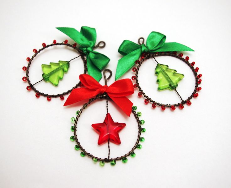 Vánoční ozdoby - kolečko stromeček Průměr kolečka cca 4,5 cm. Uvedná cena je za 1 ks. Ozdoby jsou vyrobeny z černého žíhaného drátku.