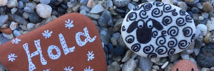 Als kind beschilderde ik al stenen met bloemetjes en stipjes.Vissen, schildpadden en gezichtjes in vrolijke kleurtjes.       Dat was helemaal naar de achtergrond
