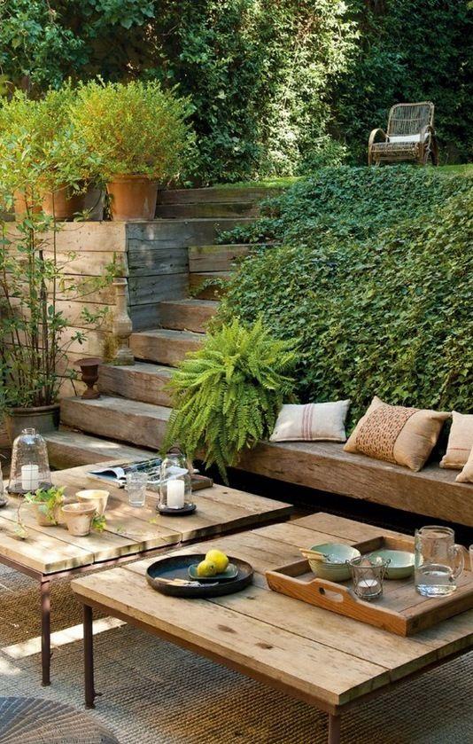 Proste meble i drewniane akcenty mogą być największą ozdobą ogrodu fot.: room-decorating-ideas.com