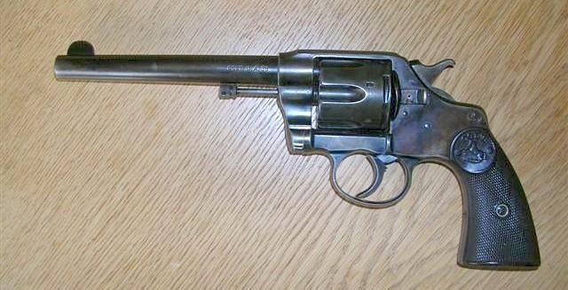 Colt 38 DA 1895 - Canon 6 pouces. La rotation du barillet se fait dans le sens inverse des aiguilles d'une montre.