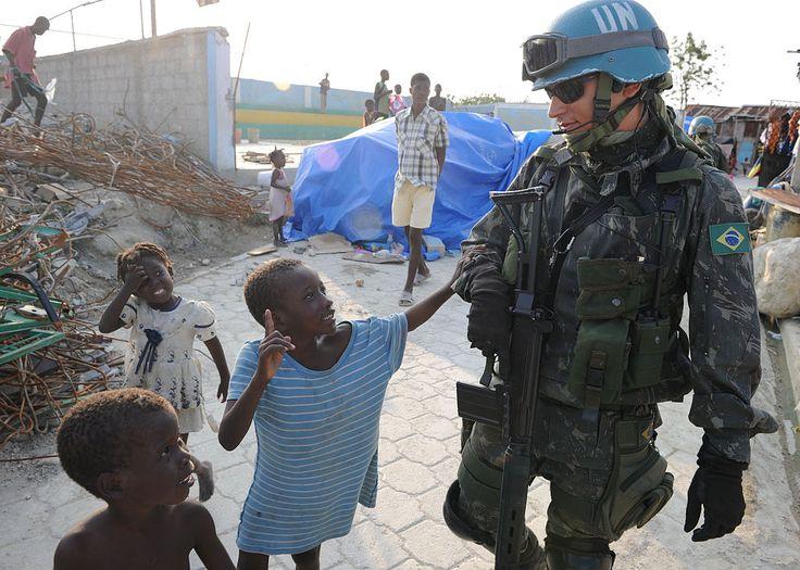 Soldado do Exército Brasileiro da Missão das Nações Unidas para a estabilização no Haiti (MINUSTAH) na favela de Cité Soleil, em Porto Príncipe. ◆Haiti – Wikipédia http://pt.wikipedia.org/wiki/Haiti #Haiti