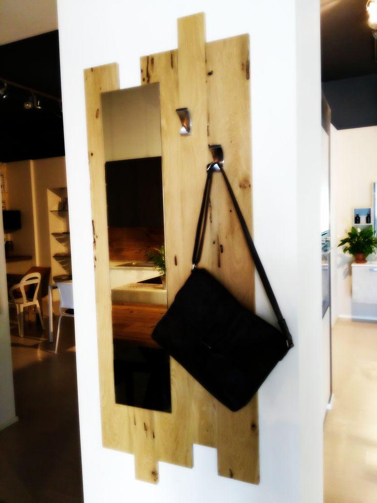 Appendiabiti con specchiera progettato interamente da noi, gioco di assi in briccola veneziana: un pezzo unico e originale per dare un tocco di importanza al tuo ingresso