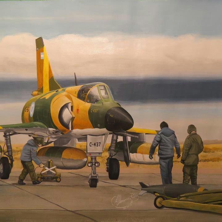 IAI Dagger de la Fuerza Aérea Argentina, siendo acondicionado para partir en misión de combate durante le Guerra de las Malvinas.