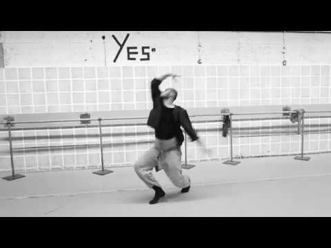 """ROUGH LINES   IN YOUR ROOMS   Uraufführung am 19. Mai 2017  Den zweiten Teil des Abends bildet das Stück """"In your rooms"""" des in London lebenden Israeli Hofesh Shechter. Nach der Trilogie """"Barbarians"""" die unter anderem in einer Residenz beim Hessischen Staatsballett entstand und im März 2016 am Hessischen Staatstheater Wiesbaden aufgeführt wurde ist """"In your rooms"""" mit der live gespielten Musik von Nell Catchpole und Hofesh Shechter eine kostbare Ergänzung des Spielplans. Choreografie Musik…"""