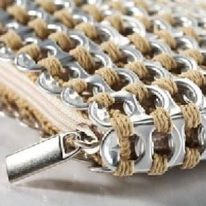 Pochette en languettes de canette aluminim upcyclées crochetées ensemble pour le plus bel effet.Plusieurs coloris disponibles.43€ Pour shopper, c'est ici; http://www.adoptezuneordure.fr/pochette-languettes-canette-chica-rosa.htm