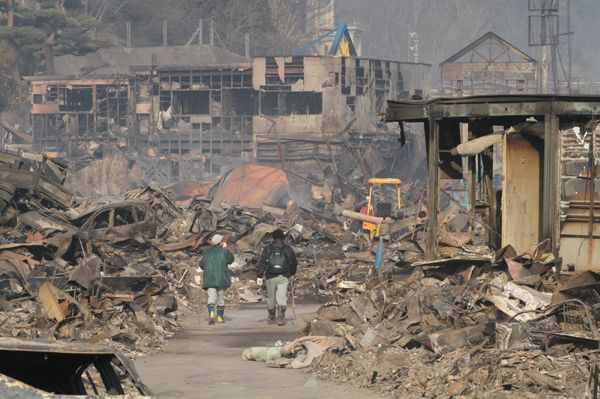 津波と火災で壊滅状態の岩手県大槌町:東日本大震災 100枚の記録 写真特集:時事ドットコム