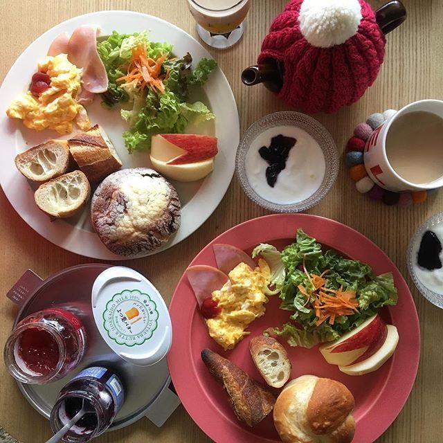 2017/02/11 11:19:47 ryoko__kod . ブランチ 2017.02.11.sat. おはようございます。 今日は外ランチの予定をしていたのですが、昨日、何を思ったのか間違えてパン買ってしまったのでおうちごはんです。 . ◽︎ チョコメロンパン ◽︎ 塩バターパン ◽︎ バゲット ◽︎ サラダ ◽︎ ハムエッグ ◽︎ りんご . #朝ごはん#朝ごパン#朝ごぱん#朝食#breakfast#ブランチ#ふたりごはん#二人ごはん#おうちごはん#二人暮らし#ふたり暮らし#朝食プレート#ワンプレート#ワンプレート朝食#朝時間#クッキングム#デリスタグラマー#subikiawa#BALMUDA#バルミューダ#イイホシユミコ#トリプレート#アフタヌーンティー#アフタヌーンティーベイカリー