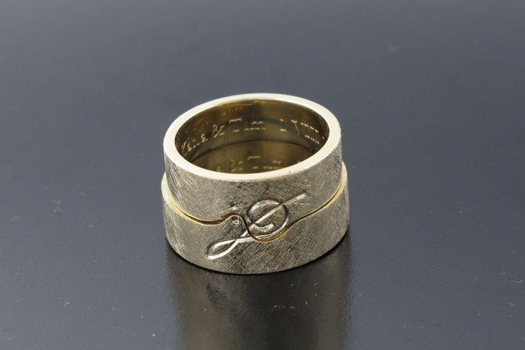 Oryginalne obrączki ślubne dla muzyków, klucz wiolinowy jest na fragmencie każdej z obrączek, żółte złoto. #obraczki www.inneobraczki.pl