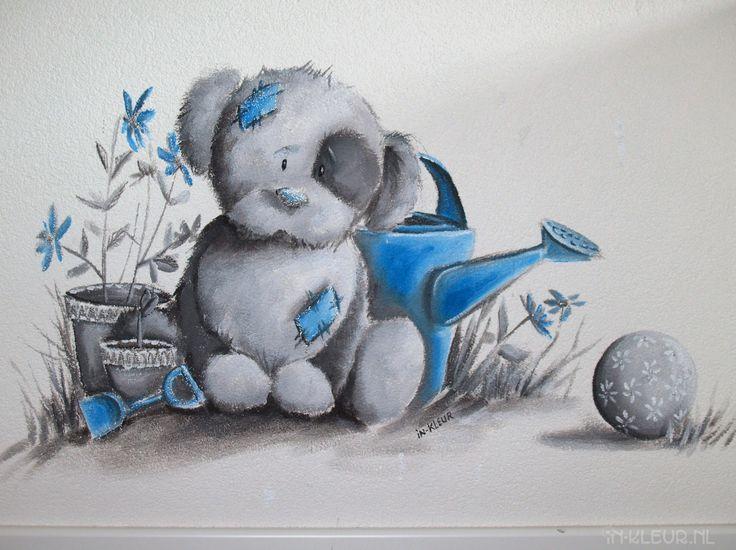 Het zal even duren voordat de baby straks op bed ligt, met al die schattige knuffels op de muur om welterusten te wensen! In dit babykamertje in Leiden heb ik verschillende Blue Nose Friends verwerkt in de muurschildering. De schildering is in zwart-wit, met blauwe details en hier en daar een glittertje. Er hangen prachtige oosterse lampen in het huis van deze multiculti ouders-in-spe, die ik terug heb laten komen in de muurschildering. Het kamertje is nu klaar, dus laat …